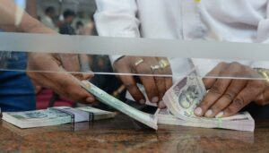 Bengaluru: A man counting new Rs 100 currency notes in exchange of the old Rs 500 and Rs 1,000 notes at a bank counter in Bengaluru on Nov 10, 2016. (Photo: IANS)